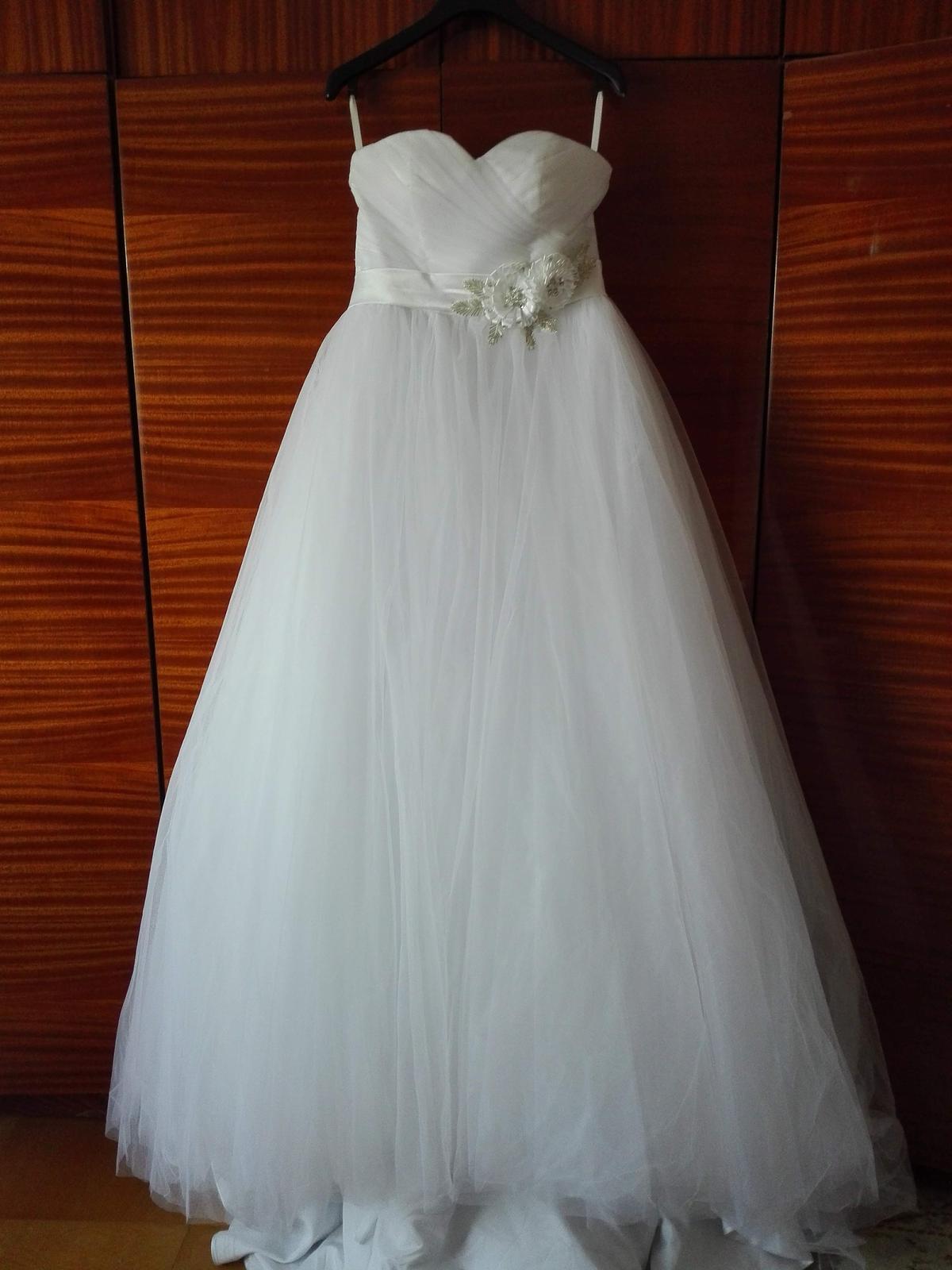 d585b31c2779 Nepoužité tylové svatební šaty s vlečkou