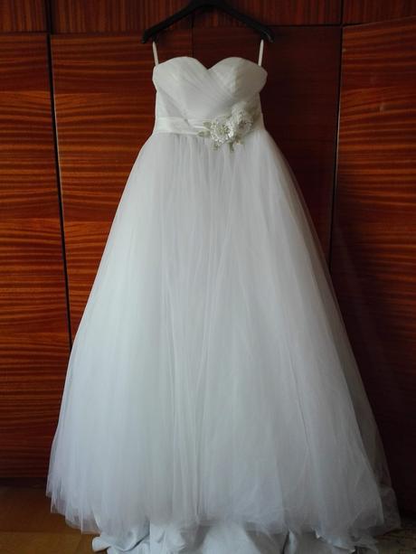 Nepoužité tylové svatební šaty s vlečkou, 38