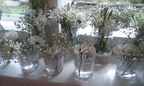 Sklenice na kytky s tělovou krajkou.,