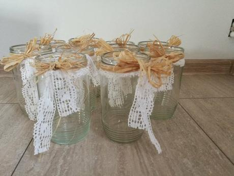 sklenice využité jako vázy,