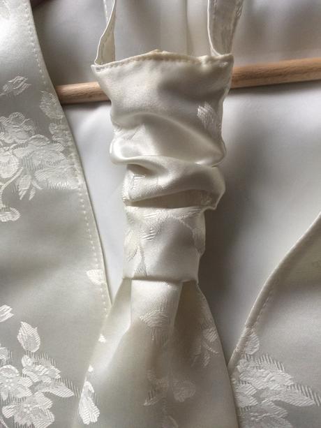 Vesta s francuzskou kravatou a vreckovkou, 44