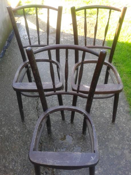 stare drevené stoličky,