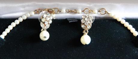 Drobne perlove nausnice a nahrdelnik, kvety,