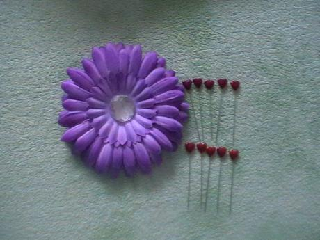 fialová gerbera a 10ks fialových špendlíkov,