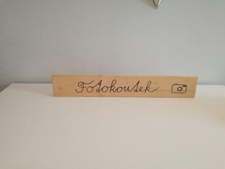 Dřevěn cedule s nápesem Fotokoutek,