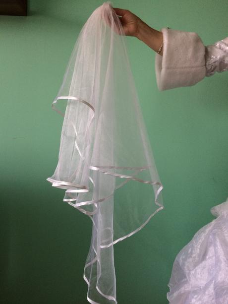 Bílé svatební šaty, kabatek a závoj , 40