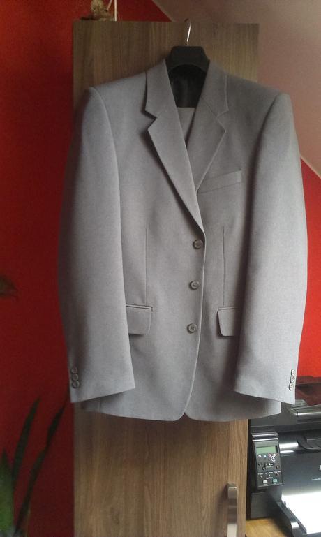 šedý oblek, 46