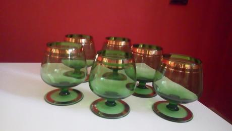 sklenené zelené poháre,