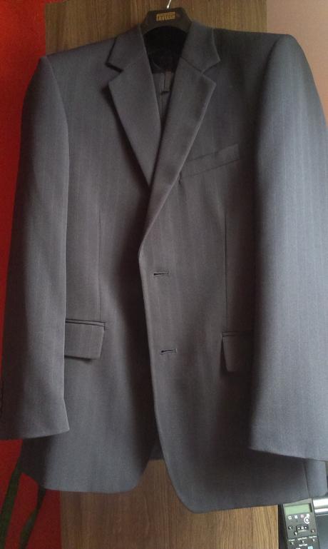 tmavomodrý oblek s prúžkom, 48