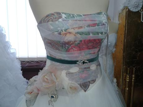 Extravagantné šaty, 40