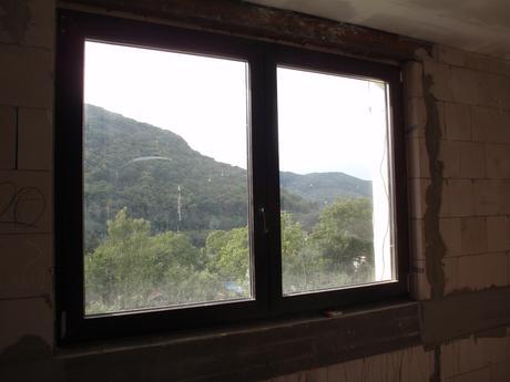 Plastové okno Gealan trojsklo tm. hnědé 1980x1450,