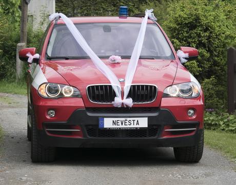 ozdoby na auto ženicha a nevěsty,