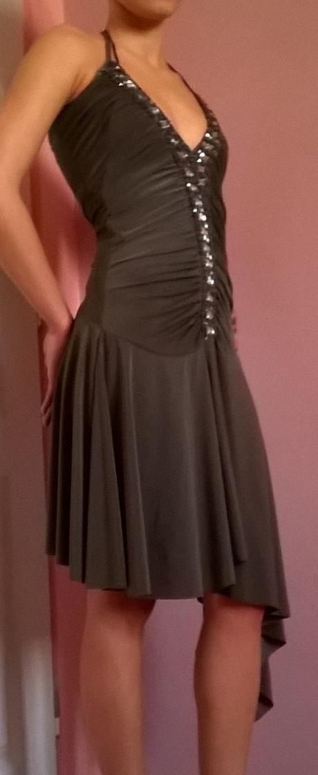 Asymetrické koktejlové šaty, 34