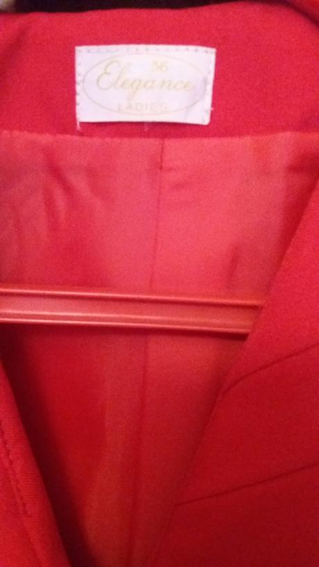 Červený kostým, 36
