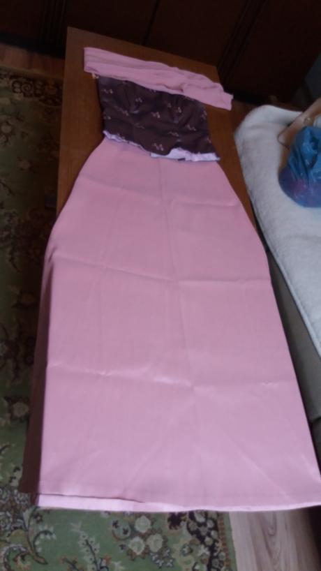 Ružové korzetové šaty, 36