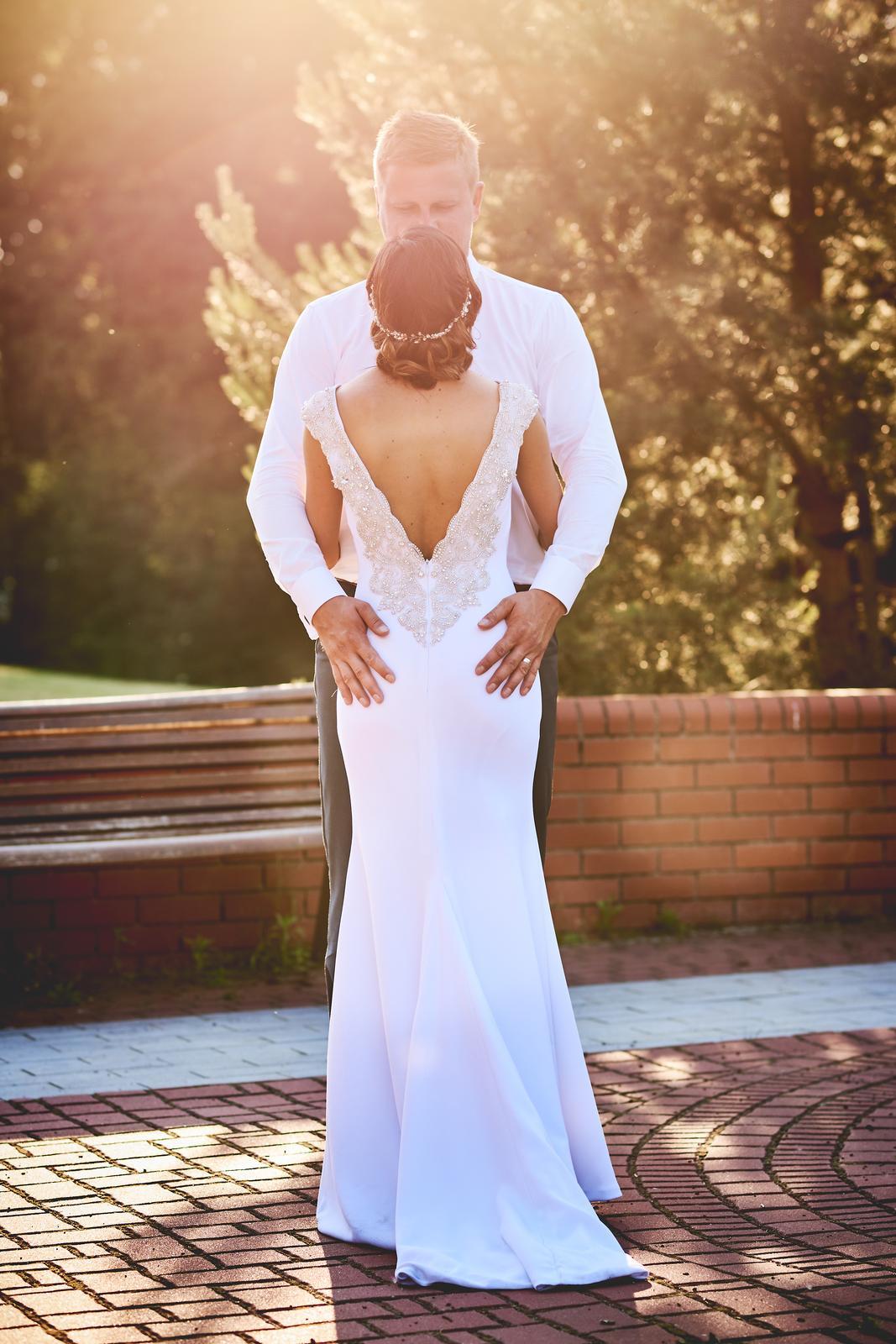 da32518f3a9f Svatební šaty se zdobeným výstřihem na zádech