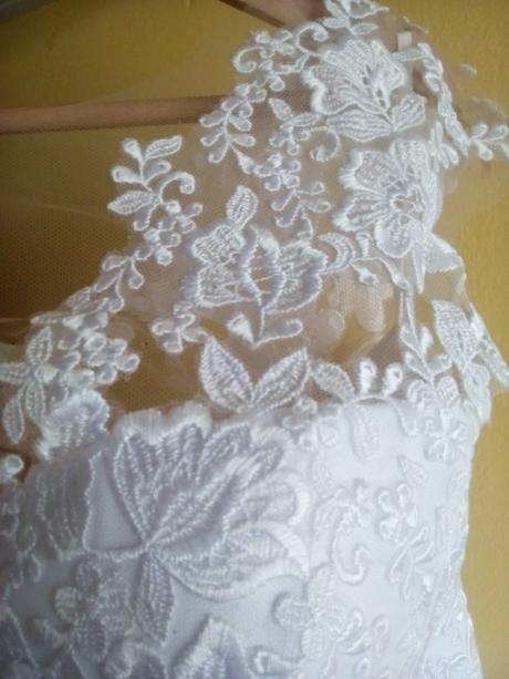 Bílé svatební šaty s krajkou , 46