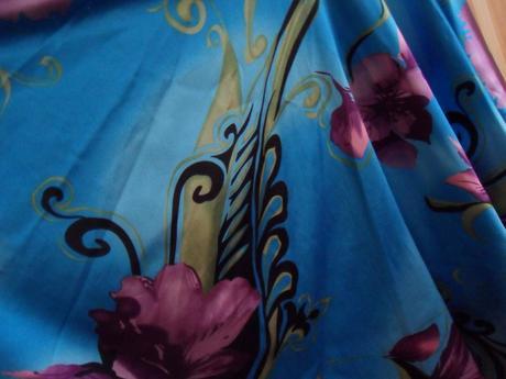 Tyrkysové společenské šaty s květinovým motivem, S