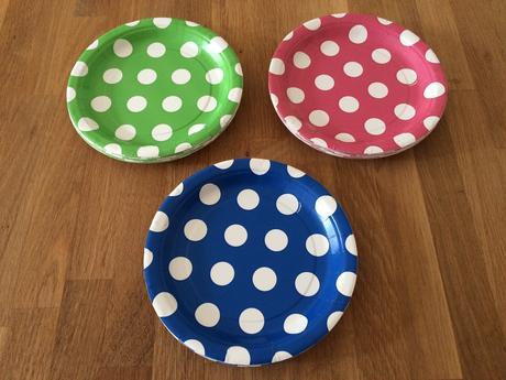 Papírové talíře 30 ks a brčka 24 ks s puntíky,