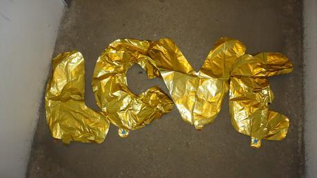 Nápis love - zlaté nafukovací písmena,