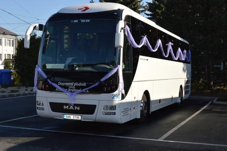 Lila bílá dekorace na autobus,