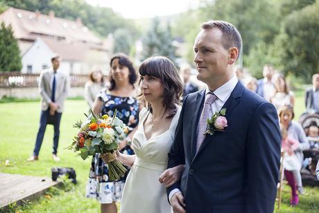 Jednoduché, splývavé svatební šaty, 36