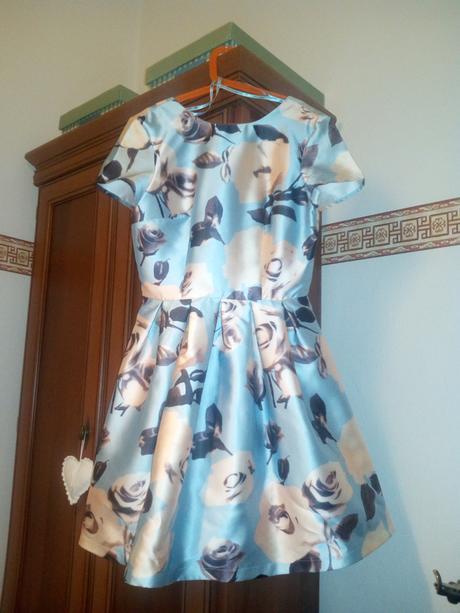 Blankytně modré šaty s růžema, 34