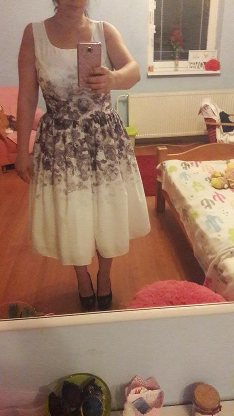 Šaty s ružami, 42