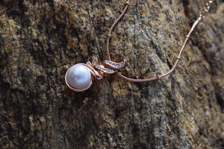 Přívěsek s bílou perlou na měděném řetízku,