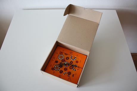 Hodiny ručne maľované drevené oranžové,