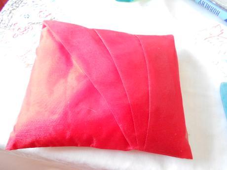 červený polštářek ,