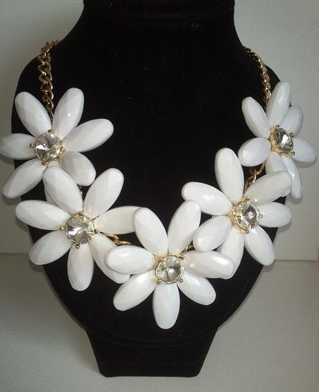 Biely mohutný náhrdelník,