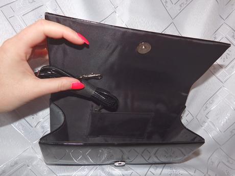 Čierna lakovaná kabelka,