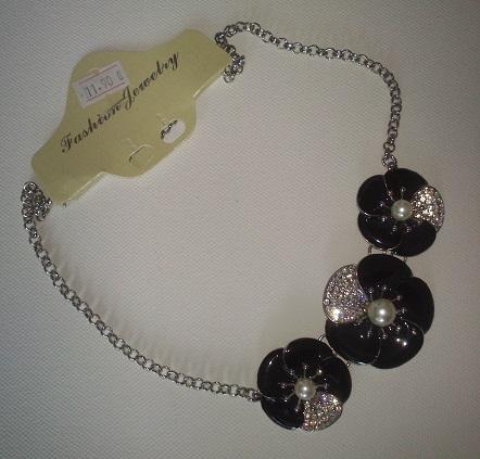 čierno-štrasový náhrdelník,