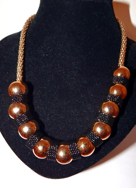 Čierno-zlatý náhrdelník z guličiek,