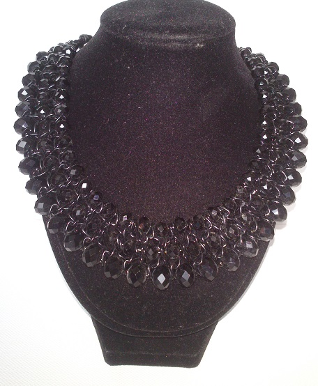 čierny náhrdelník mohutný,