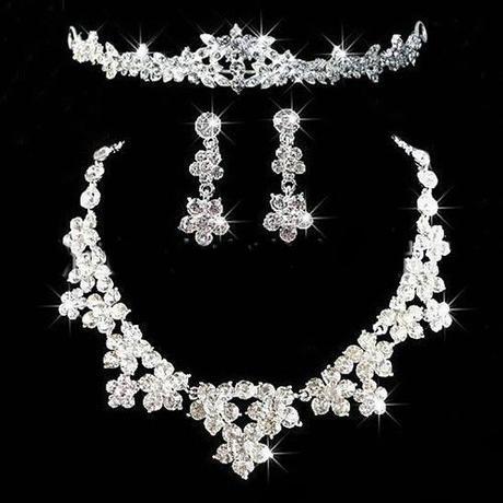 náušnice, náhrdelník a korunka,