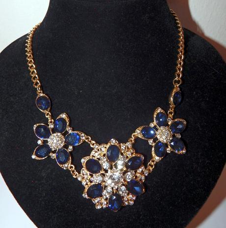 Tmavo-modrý luxusný náhrdelník,