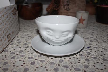 Bílý usměvavý hrnek na kávu TASSEN,