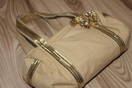 Rozkosna kabelka s motylom, 164
