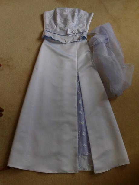 Bledomodré spločneské šaty, 36