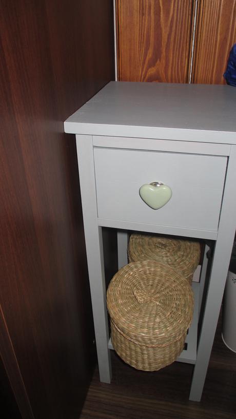 šedý stolík s porcelánovým úchytom srdce ,