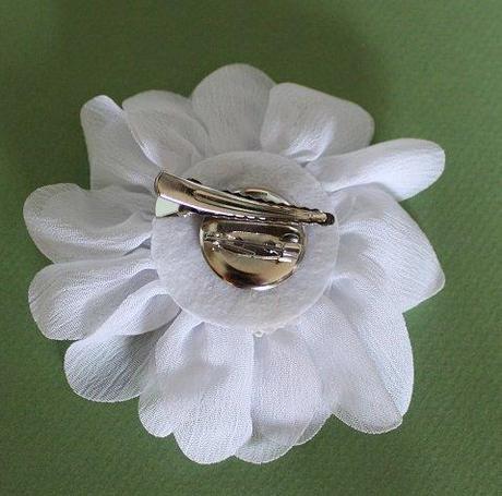 Bílá květina do vlasů nebo jako dekorace,