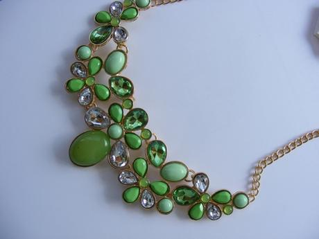 zelený nenosený náhrdelník,