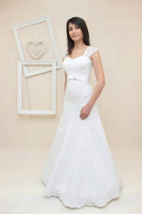 Krajkové svatební šaty pro boubelky, 54