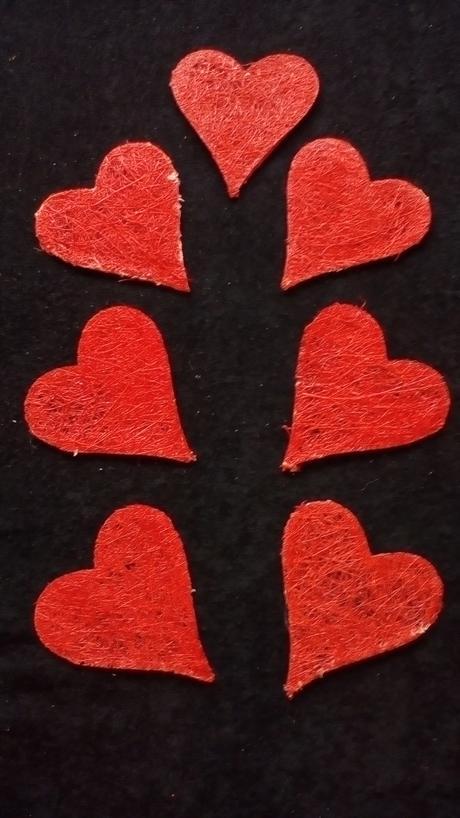 Srdíčka z přírodního materiálu - červená,