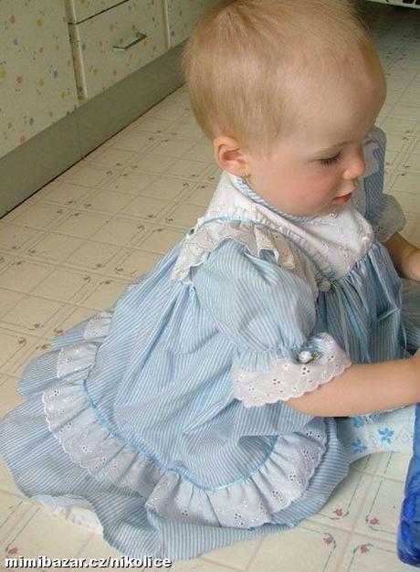 modro-bílé šaty, 92