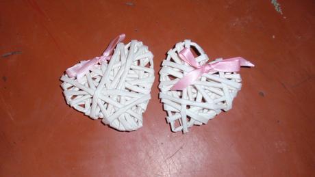 2 malá srdce pletené z papíru ,