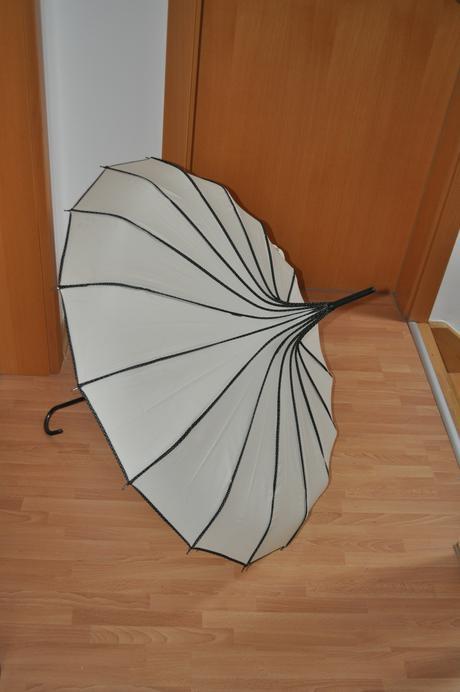 Krémový pagoda deštník,