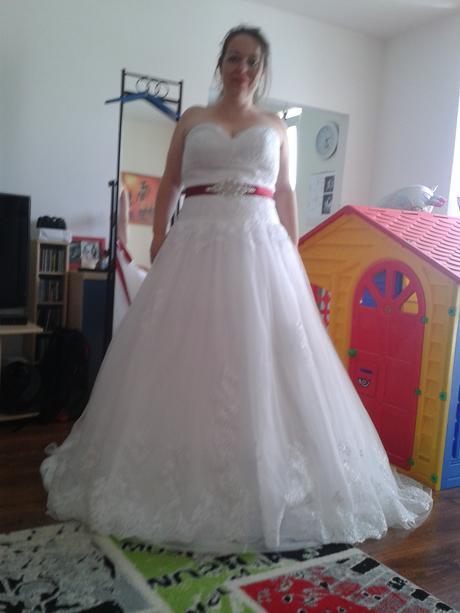 Bordó stuha s broží na svatební šaty,